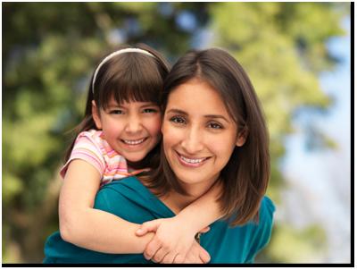 leende mor och dotter