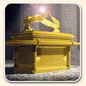 Représentation artistique de l'Arche de l'alliance, couverte d'or, avec une manifestation de la présence divine