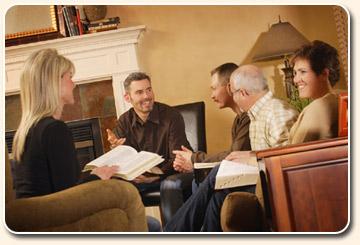 ekklesia de maison, église de maison; petit groupe de personnes se réunissant dans le salon meublé de leur foyer pour étudier la Bible, prier, louer et adorer Yahuwah Elohim, Adonaï Seigneur Dieu YHWH, ensemble, dans la simplicité, le partage et la paix, ambiance chaleureuse