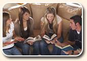 ekklesia de maison, église de maison; réunion, groupe de jeunes personnes dans le salon à la maison, sur un grand canapé, pour étudier la Bible, prier, louer et adorer Yahuwah Elohim, Adonaï Seigneur Dieu YHWH, ensemble, dans la simplicité, le partage fraternel, la paix, dans l'amitié et une ambiance chaleureuse