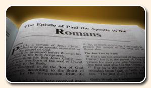 Bible ouverte à la lettre aux Romains de l'apôtre Paul, en anglais, titre éclairé, lumineux, lumière en haut de page