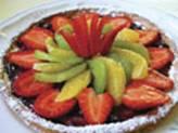 assiette assortie de fruits tranchés: fraises, kiwi, agrume