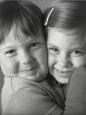 des enfants heureux et souriants se serrant dans les bras l'un de l'autre